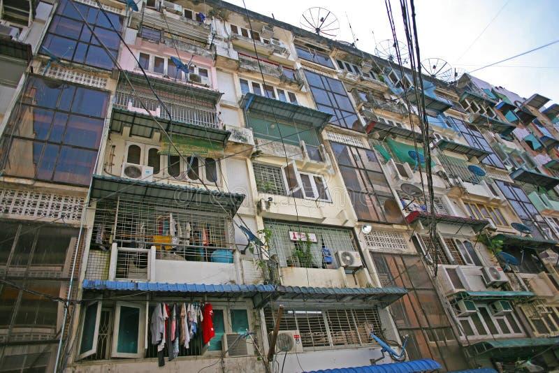 Ner höga löneförhöjninglägenheter i Yangon, Myanmar fotografering för bildbyråer