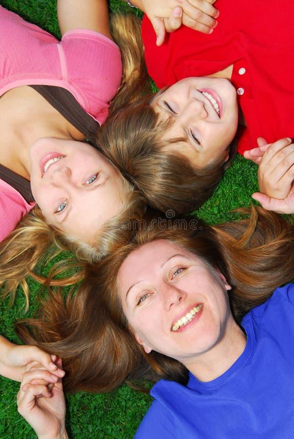 ner ligga för familjgräs fotografering för bildbyråer