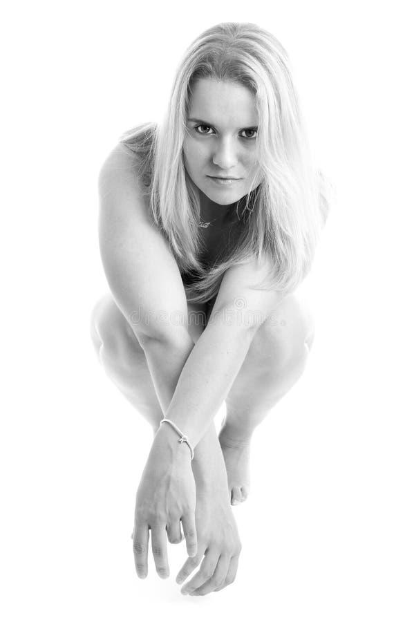 ner model kvinnlign henne ben att posera för nakenstudie som är sexigt arkivbilder