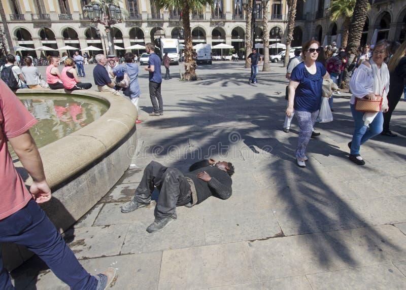 Ner och ut i Barcelona arkivbilder