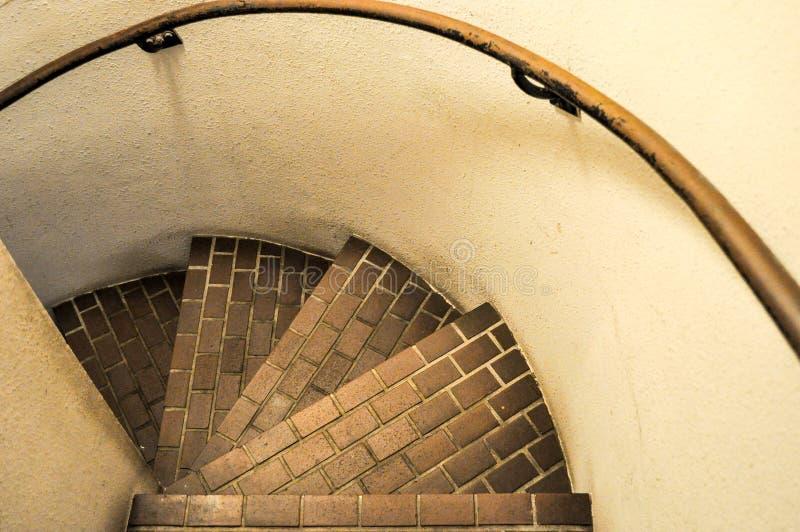 ner se den spiral trappuppg?ngen arkivfoto