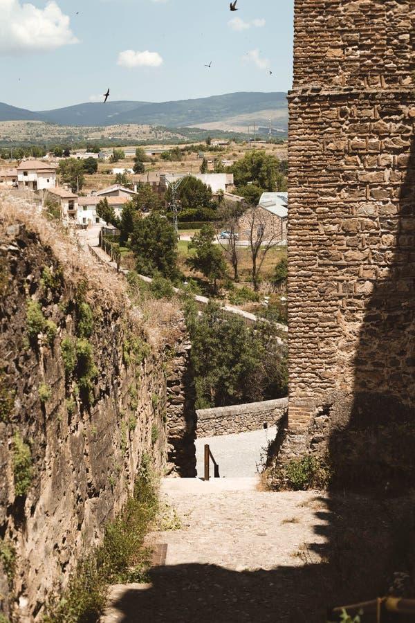 Ner till byn från slotten av Buitrago de Lozoya, Madrid, Spanien royaltyfria bilder
