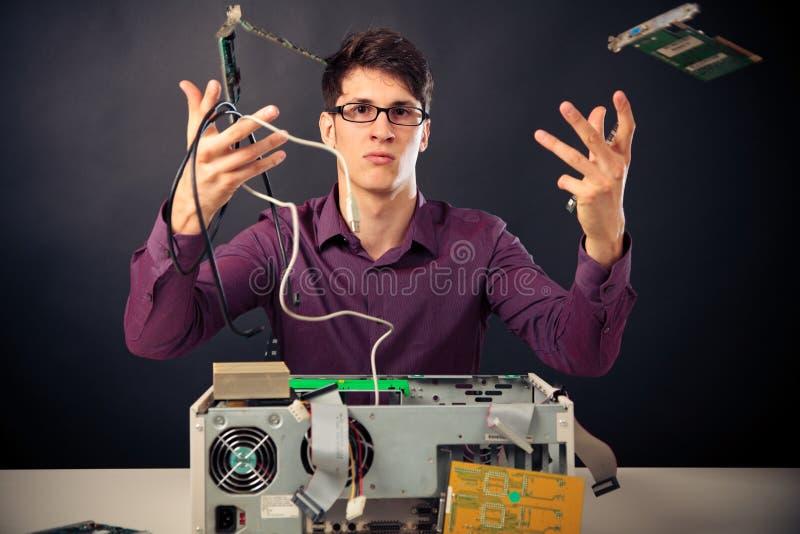 Nerd confuso con i lotti di hardware immagini stock