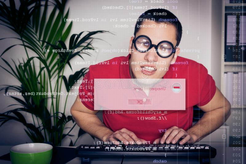 Nerd del computer con lo schermo immagini stock libere da diritti