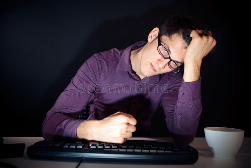 Nerd ed il suo computer fotografie stock libere da diritti