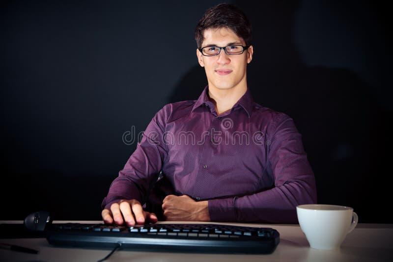 Nerd ed il suo computer fotografie stock