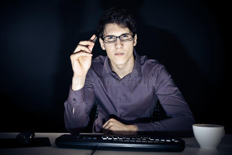 Nerd en Zijn Computer royalty-vrije stock afbeelding
