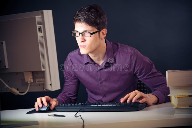 Nerd en Zijn Computer stock foto's
