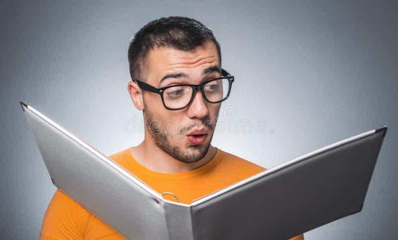 Nerd med boken arkivfoton