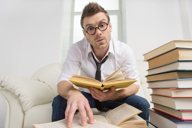 Nerd met boek. stock foto