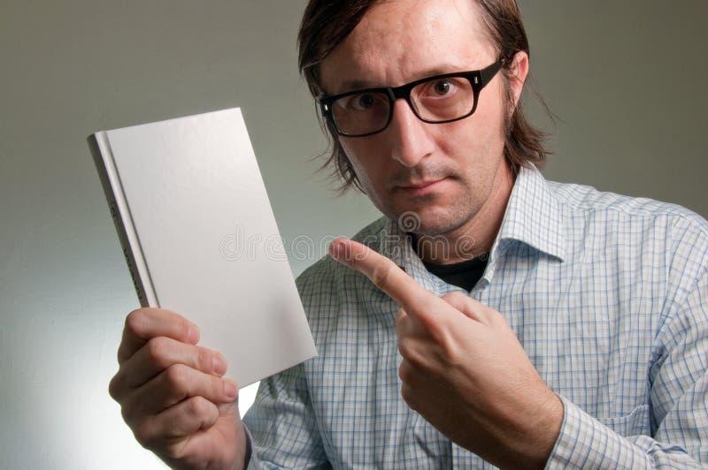 Nerd met een boek stock afbeeldingen