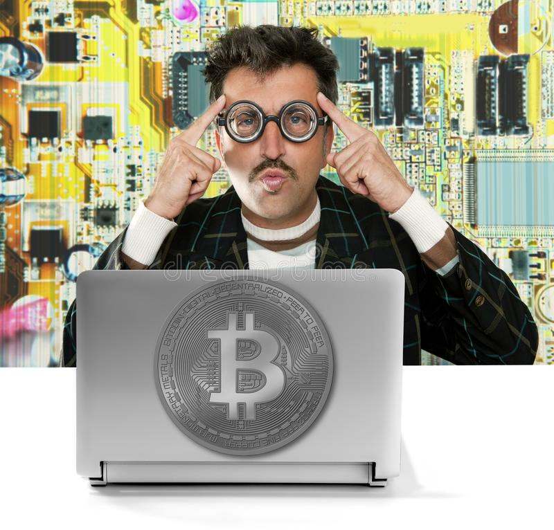 Nerden hacker med Bitcoin BTC exponeringsglas i strömkrets royaltyfri bild