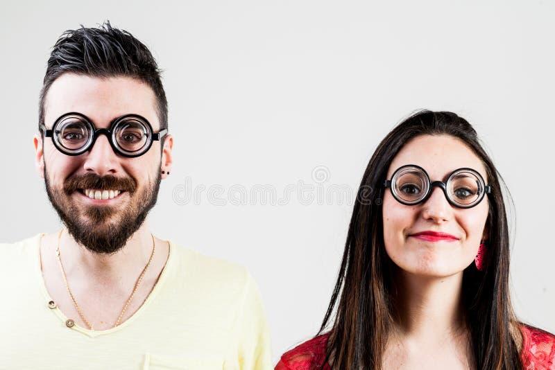 Nerdpaar door een een nerdman en nerd vrouw die wordt gemaakt royalty-vrije stock afbeelding