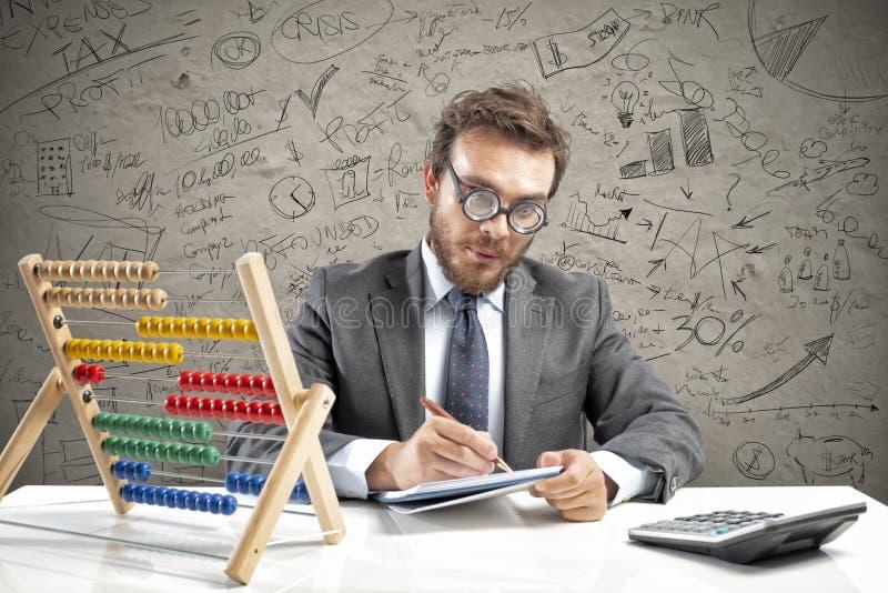 Nerdrevisorn gör beräkning av företagsintäkt arkivfoton