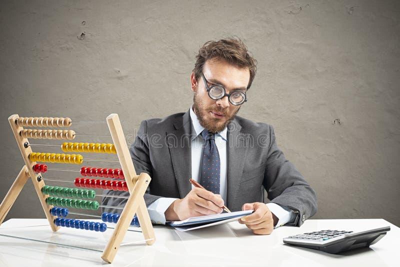Nerdrevisorn gör beräkning av företagsintäkt arkivbilder