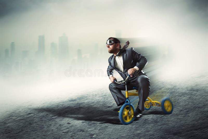 Nerdy Geschäftsmann, der kleines Fahrrad fährt stockbilder