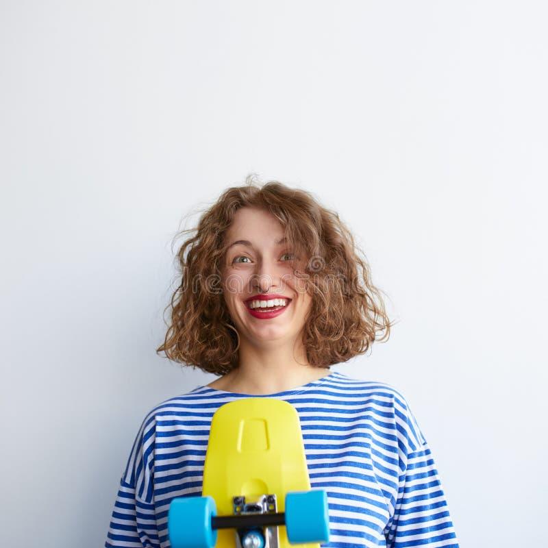 Nerdy kędzierzawa młoda kobieta odizolowywająca na białym tle fotografia stock