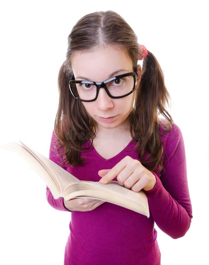 Nerdy młoda kobieta ucznia Czytelnicza książka zdjęcia royalty free