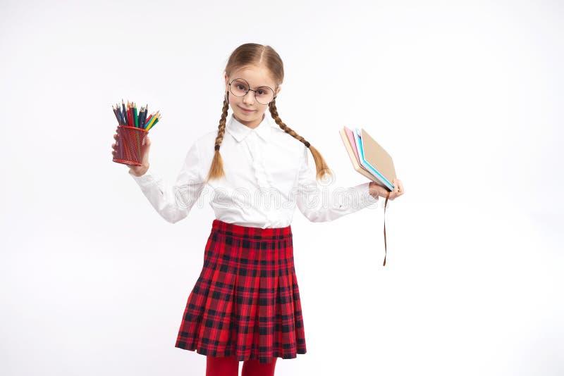 Nerdy Schulmädchen mit verschiedenem Briefpapier lizenzfreie stockfotos
