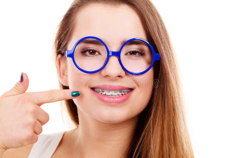 Nerdyvrouw die haar tanden met steunen tonen royalty-vrije stock fotografie