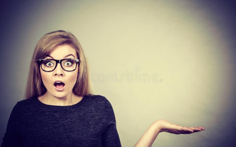 Nerdyvrouw in oogglazen die verward zijn stock fotografie