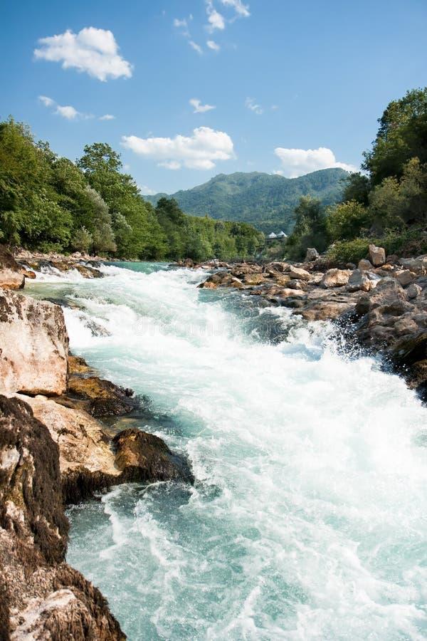 Neretva河动荡用筏子运送的水  库存图片