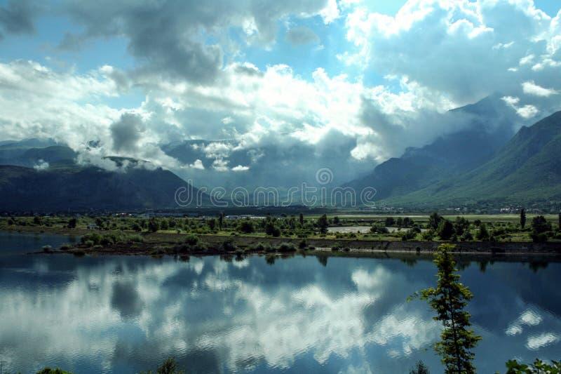 Neretva rzeka w dolinie blisko miasta Mostar Bośnia i Herzegovina z górami i few chmury w tle zdjęcia royalty free