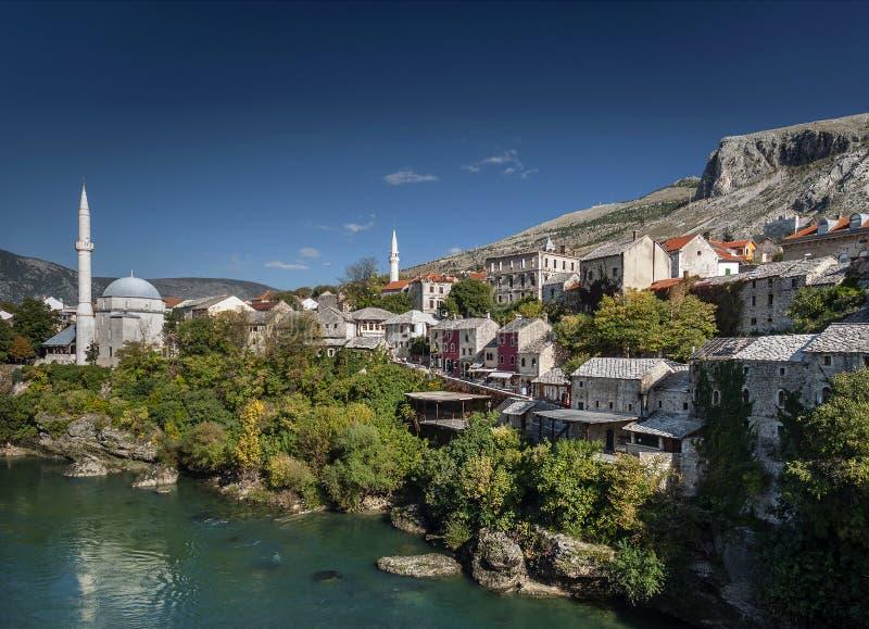 Neretvarivier en oude stad van mostar bosnia mening stock foto