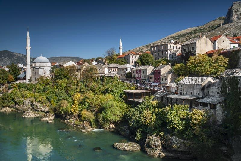 Neretvarivier en oude stad van mostar bosnia mening royalty-vrije stock afbeelding
