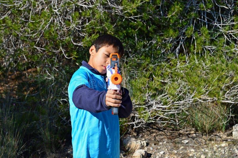 Nerf-Gewehr, welches die Kamera anstrebt lizenzfreie stockfotos