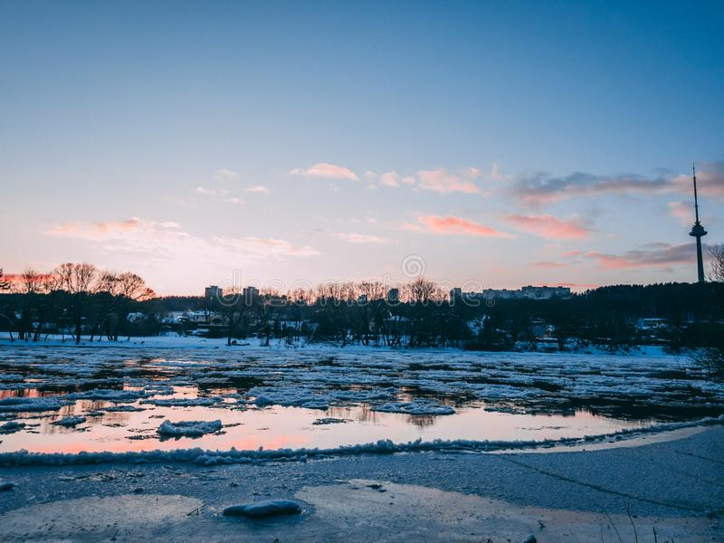 Neris flod under solnedgång royaltyfria bilder