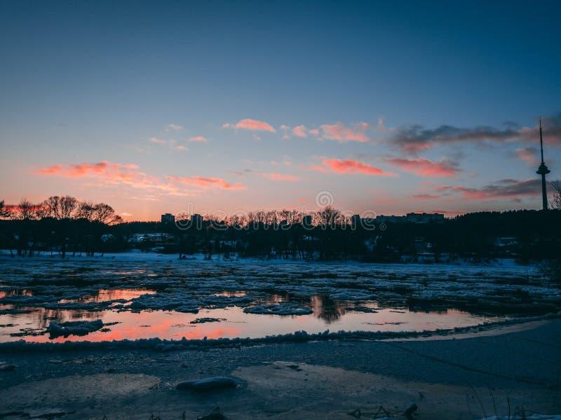 Neris flod under solnedgång fotografering för bildbyråer