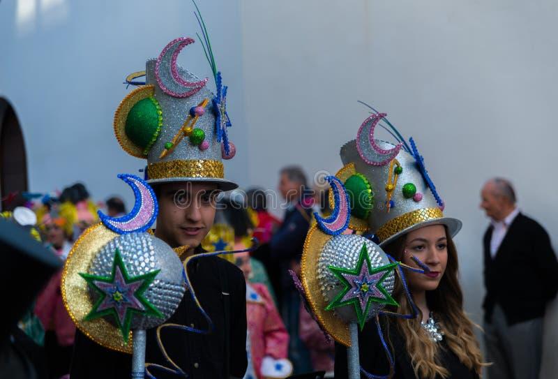 NERJA, ESPAÑA - 11 de febrero de 2018 gente en trajes que celebra imagen de archivo
