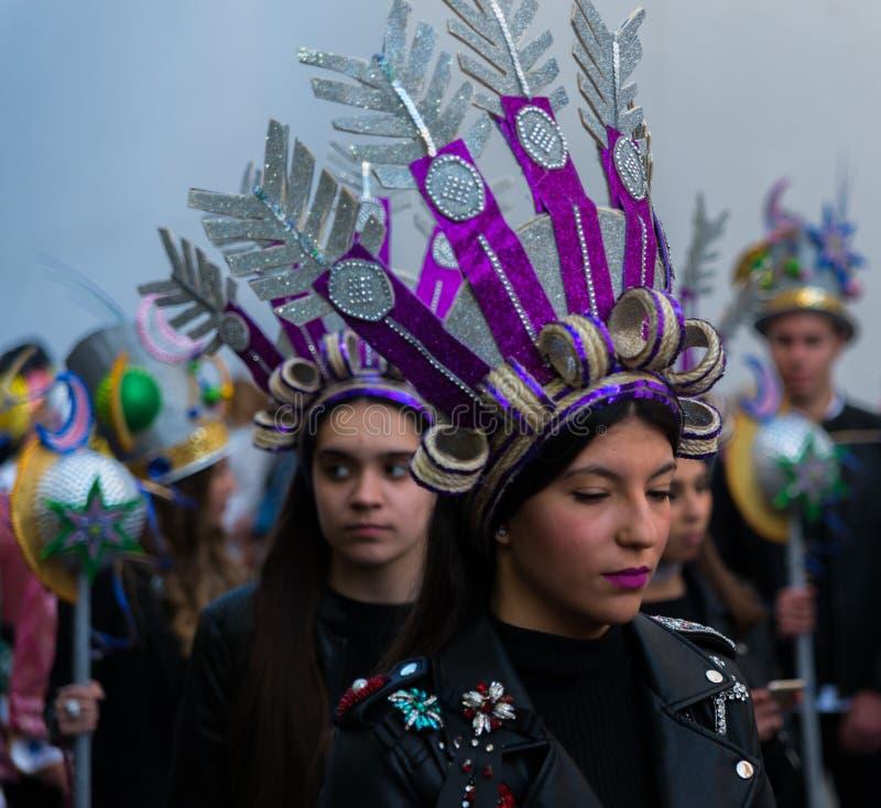 NERJA, ESPAÑA - 11 de febrero de 2018 gente en trajes que celebra fotografía de archivo