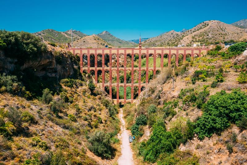 Nerja, Malaga, Espagne Puente Del Aguila Or Eagle Bridge Vieil aqueduc image libre de droits