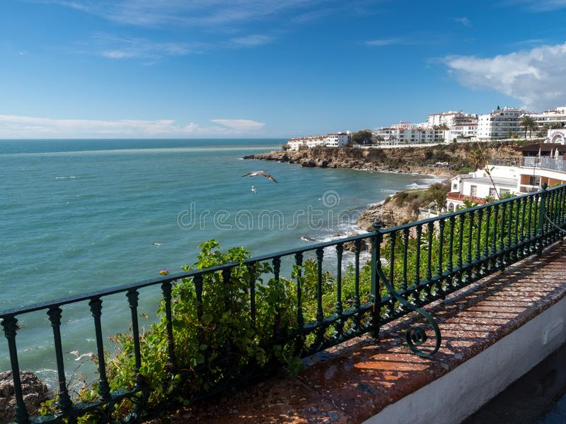 Nerja, miasteczko na Costa Del Zol Widok plaża i góry andalusia Hiszpania Marzec, 2018 zdjęcia stock