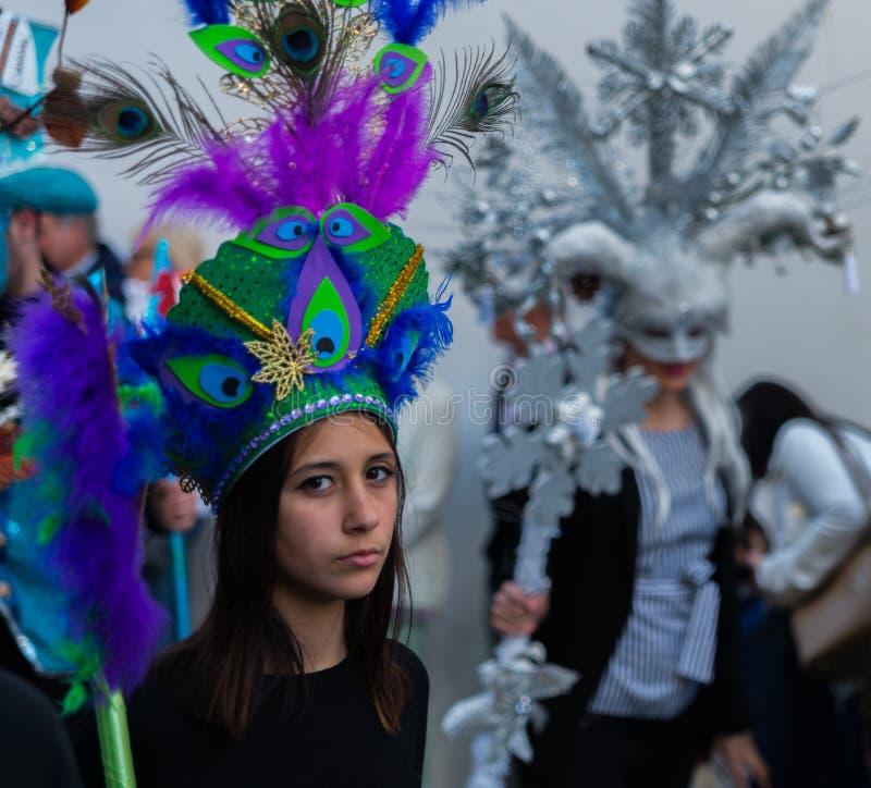 NERJA, SPANIEN - 11. Februar 2018 Leute in den Kostümen feiernd lizenzfreie stockbilder