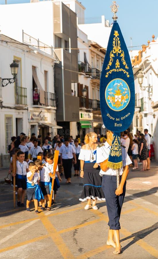 NERJA, SPANIEN - 16. Juli 2018 jährliche Parade im Küsten-Andalu stockfotografie
