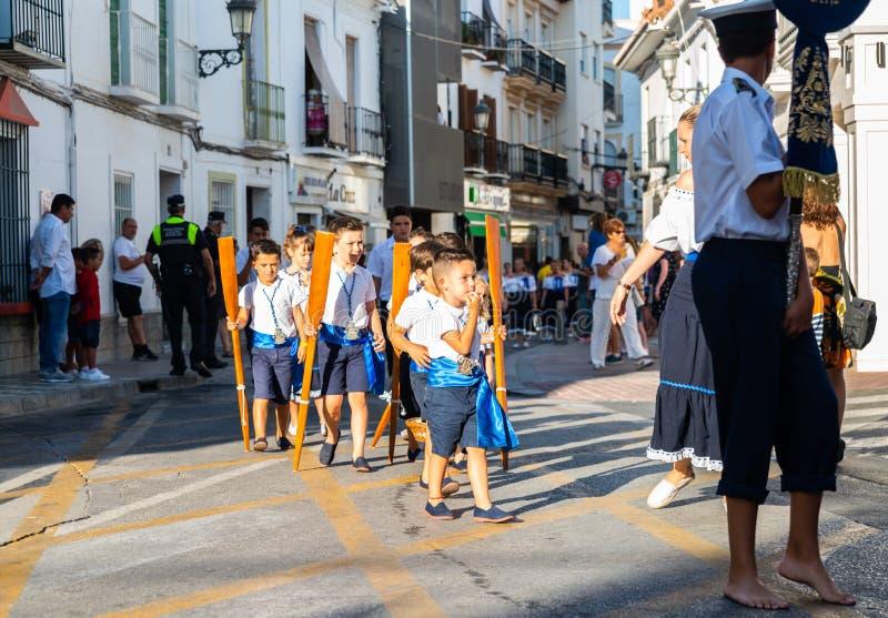 NERJA, SPANIEN - 16. Juli 2018 jährliche Parade im Küsten-Andalu stockfoto