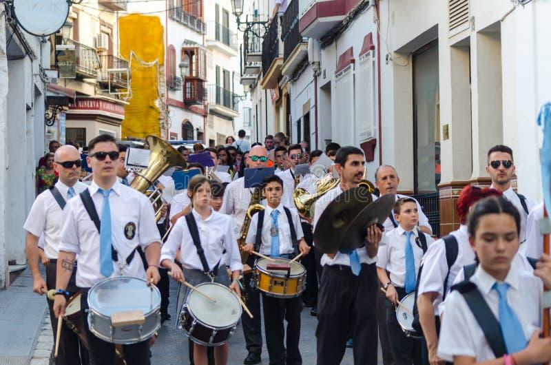 NERJA, SPANIEN - 16. Juli 2018 jährliche Parade im Küsten-Andalu lizenzfreie stockfotografie