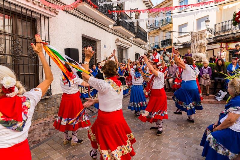NERJA SPANIEN - MAJ 04, 2018 folkdansshow av en grupp av peopl fotografering för bildbyråer