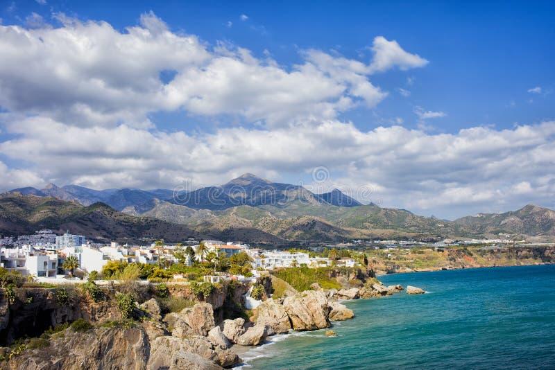Nerja-Stadtküstenlinie in Spanien stockbild