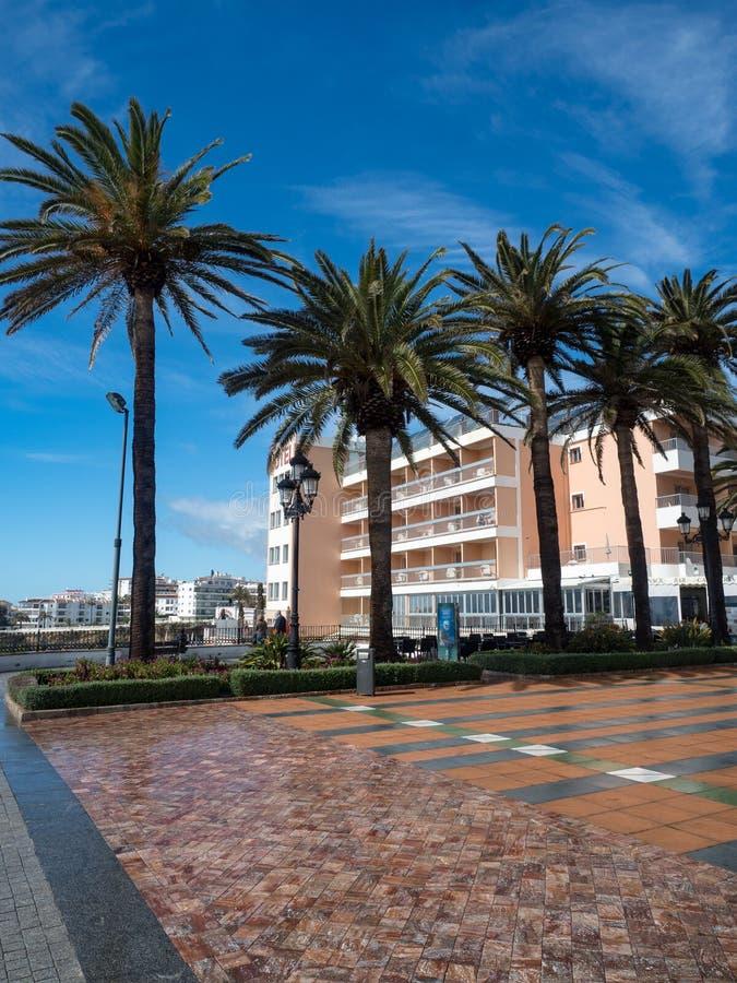 Nerja, uma cidade pequena em Costa del Sol Vista da praia e das montanhas andalusia spain Em março de 2018 imagens de stock royalty free