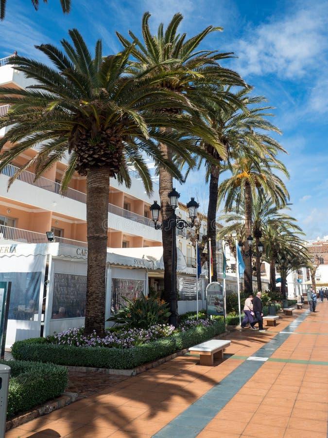Nerja, une petite ville sur Costa del Sol Vue de la plage et des montagnes andalusia l'espagne Mars 2018 photos libres de droits