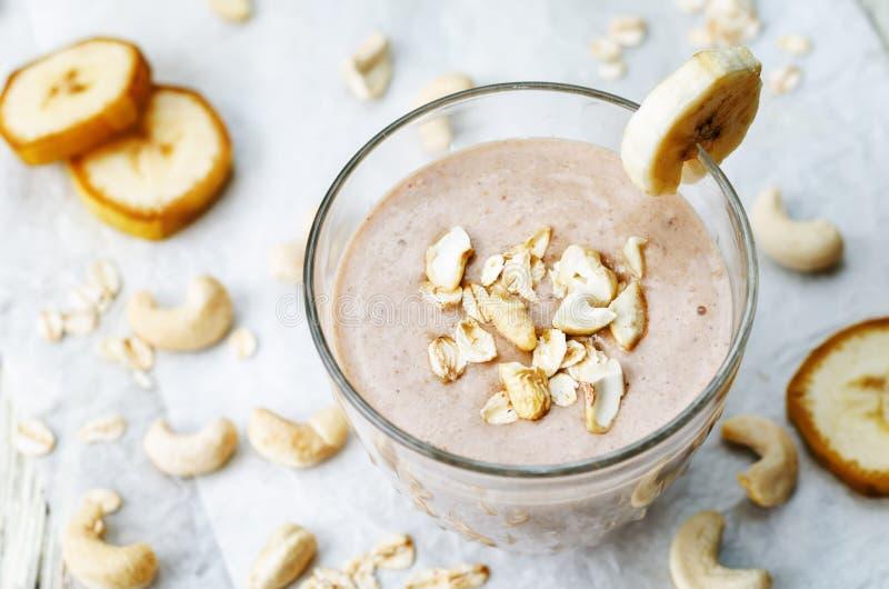 Nerkodrzewów owsów bananowy kakaowy smoothie zdjęcie royalty free