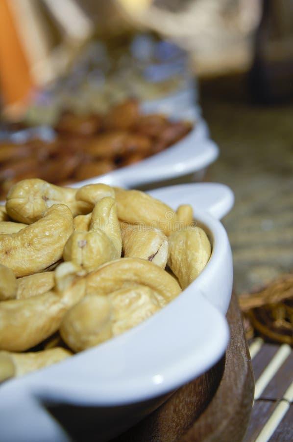 Nerkodrzew, migdały, pistacj dokrętki w talerzach mieszanka obrazy royalty free