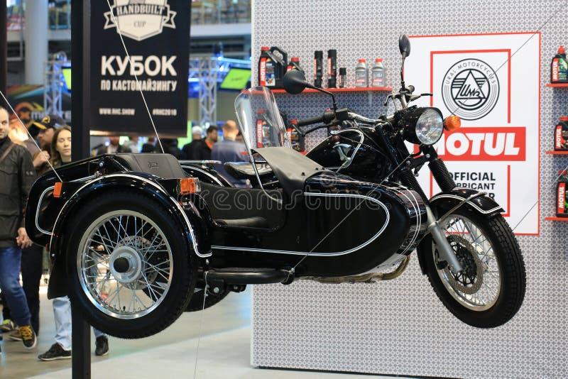 Nero di Ural M-70 del motociclo il retro con il passeggiatore La giusta vista Installazione sui cavi fotografia stock
