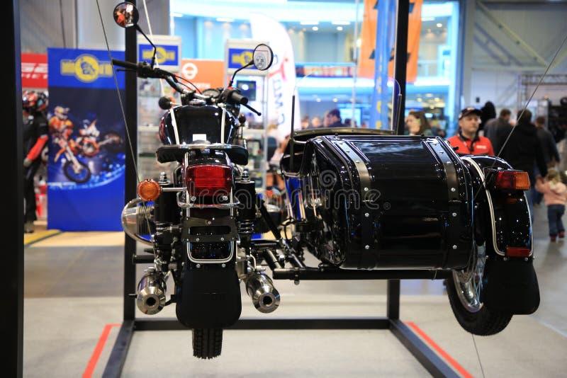 Nero di Ural M-70 del motociclo il retro con il passeggiatore Vista posteriore Installazione sui cavi fotografie stock