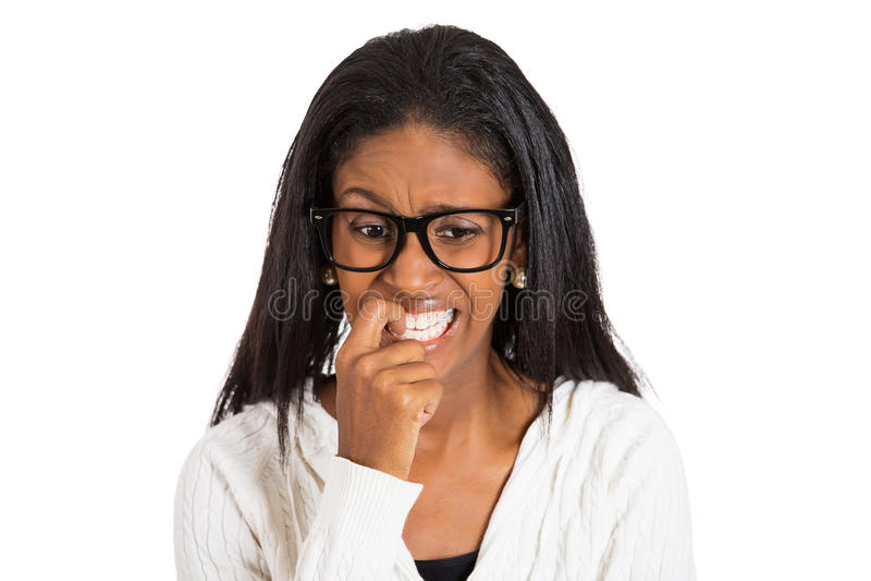 Nervös kvinna med exponeringsglas som biter hennes fingernaglar arkivfoton