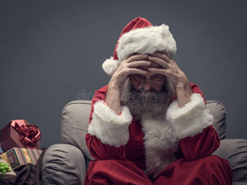 Nervösa Santa Claus på julhelgdagsafton royaltyfria bilder